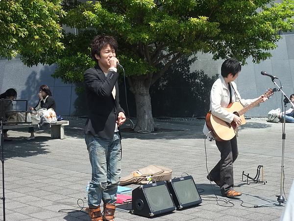 在現場cover他們曲子的兩人組 唱得很好