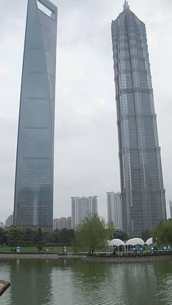 上海新地標(左)環球金融中心
