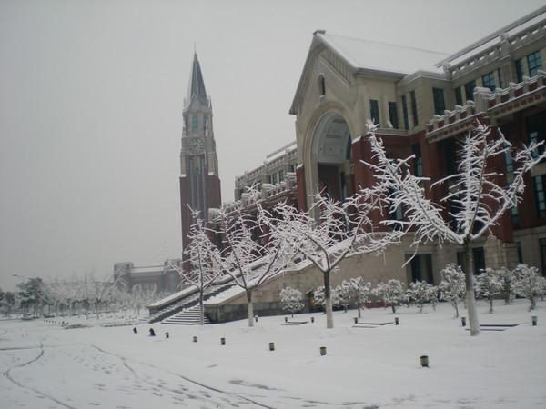但是現在改名了啦~沒那麼好聽了,這是學校下雪的樣子!