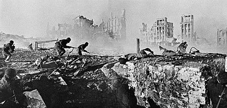 RIAN_archive_44732_Soviet_soldiers_attack_house.jpg
