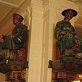 1280px-Statues,_Les_Deux_Magots,_Paris[1]_調整大小.jpg