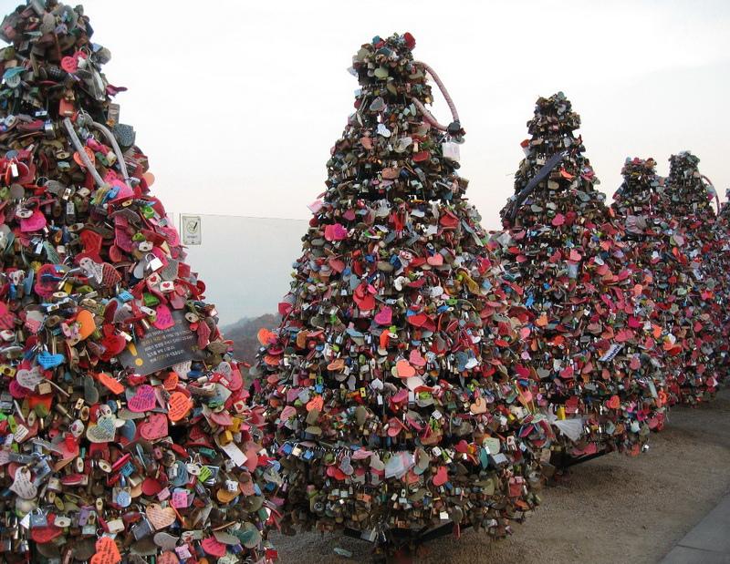Love_padlock_trees_N_Seoul_Tower[1]_調整大小.jpg