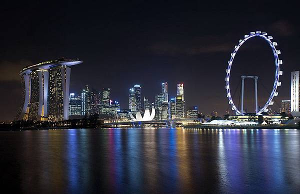 Singapore_skyline_viewed_from_Gardens_by_the_Bay_East_-_20120426[1]_調整大小.jpg