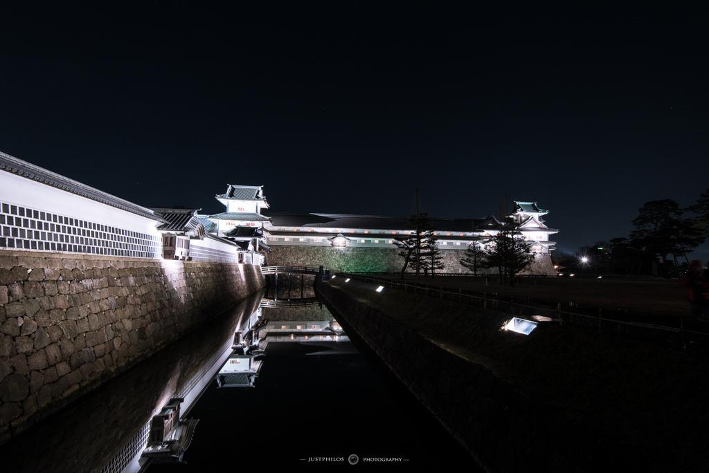 夜晚的金澤城在護城河倒影的映照下,呈現一種寂靜的美感。