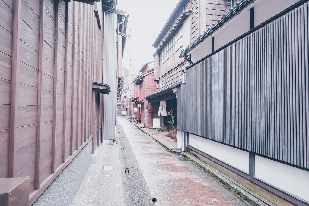 來到東茶屋街放慢腳步,可以穿梭在茶屋街中寂靜的巷弄間找到新的樂趣。