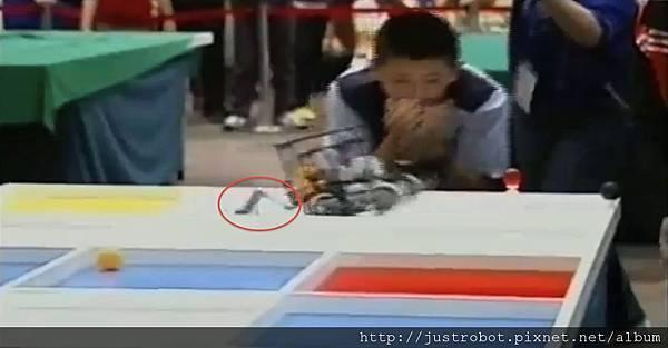 WRO2012國際賽決賽 國小組 亞軍6疑似零件脫落