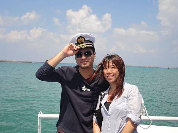 船長自動提供帽子給我們照像