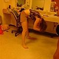 Amy在為接著的African dance整理髮型