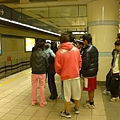 西門站的月台上