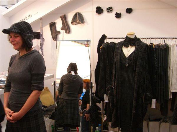 05. 還有一些人在賣自己設計的衣服.JPG