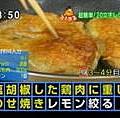 將雞肉翻身。不要懷疑,你一樣可以煎出這金黃色的顏色.JPG