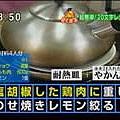 雞肉蓋上耐熱盤之後,上面再放2L的水壺(裝滿水).JPG