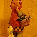 走廊上有個可愛的都嘴娃娃裝飾