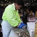 後來來到魚市場 ...好熱鬧...我在排隊吃超級大生蠔,挖哈哈哈哈!!一個只要200日幣ㄟ