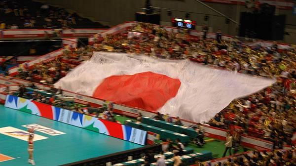 中場拉出的日本超大國旗 裡頭有很多人的簽名 可惜我的快門慢了