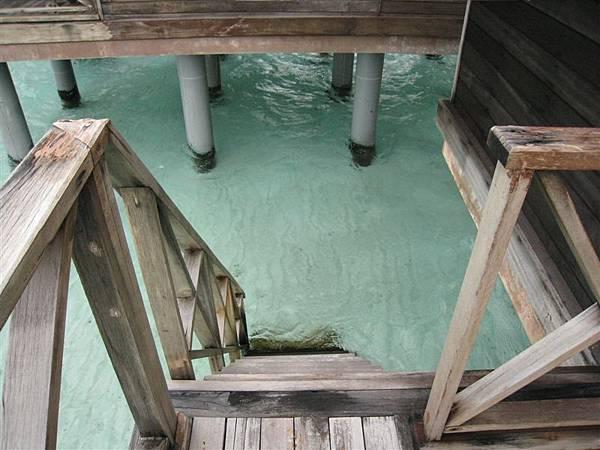 陽台邊有個樓梯直接就可以下水。別看這水這麼清澈,我們下去浮潛才知道,裡面有無數的小魚(也有大魚喔!),