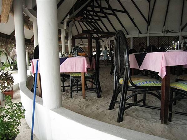 這餐廳的特色就是地上都是沙子。一向崇尚自然的外國人都不穿鞋子,直接從房間走到餐廳吃飯。(他們應該是無