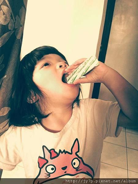 妹妹自己吃