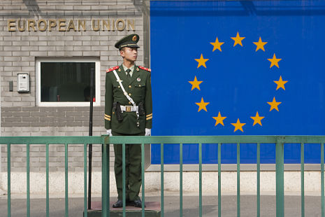 在歐盟駐北京使館前的站崗士兵