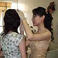 當新娘的還要幫姐姐畫眉毛
