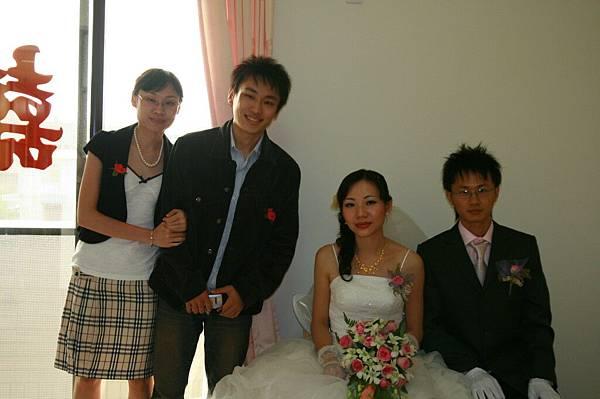 二姐和弟...裙子太澎,靠不過來