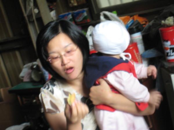 正在吃紅豆餅的媽媽~