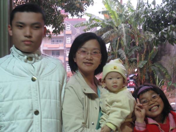 二舅公的二兒子還有小女兒~一直說要跟妹拍照~