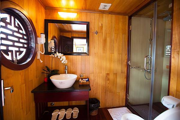 Aphrodite Cruises Bathroom 01.jpg