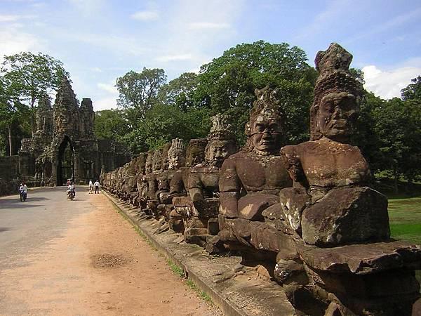 Angkor Thom South Gate-02.jpg