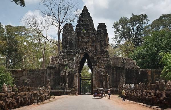 Angkor Thom South Gate-04.jpg