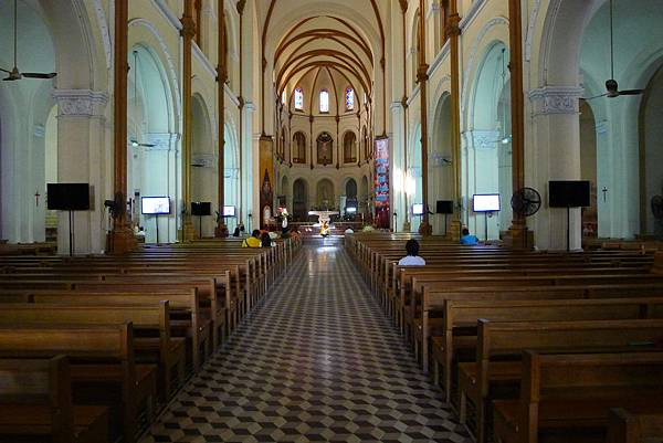 Saigon Notre Dame Cathedral-02.jpg