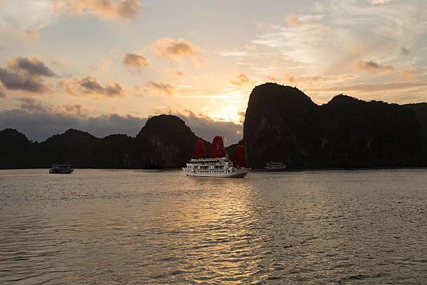 Syrena_Cruises_at_sunset.jpg