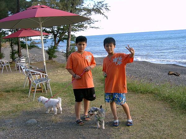 兄弟與兩隻小狗