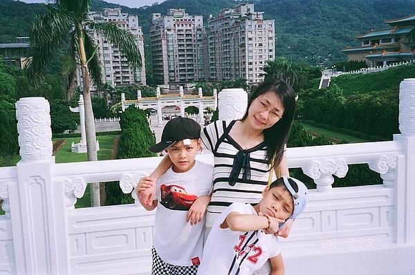 母與兩兄弟