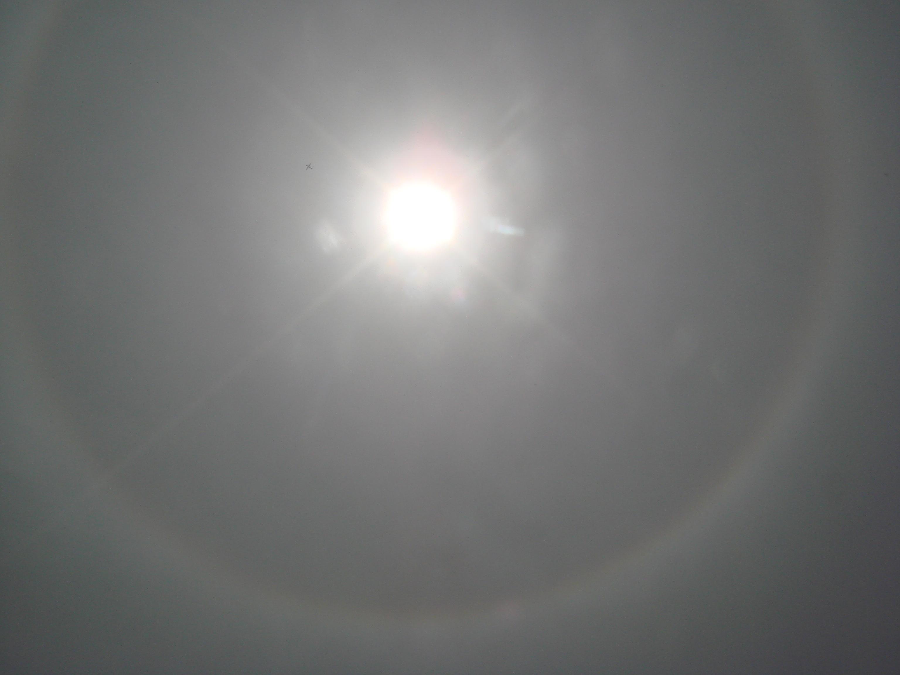 【99年4月放生】太陽外圍出現一圈光環(透過太陽眼鏡拍攝).JPG