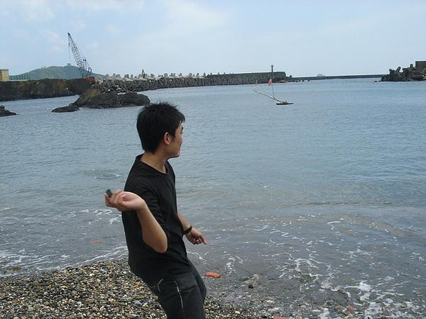去河邊 溪邊 海邊 習慣會丟丟石頭