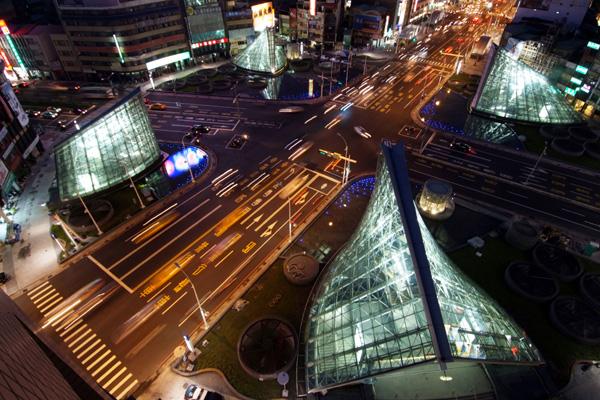 美麗島站俯瞰祈禱_高雄畫刊201012月期刊圖片.jpg