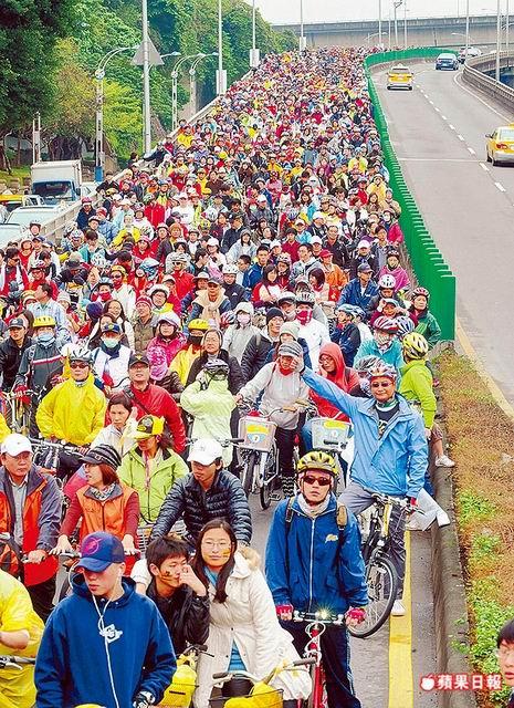 近萬名車手騎上新生高架橋,場面壯觀.jpg