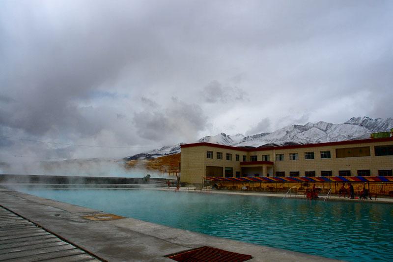 惬意有很多種,雪山下的溫泉是最愜意的一種
