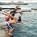 2011年元旦一群年輕人在和平島公園九孔池畔跳水迎曙光.jpg