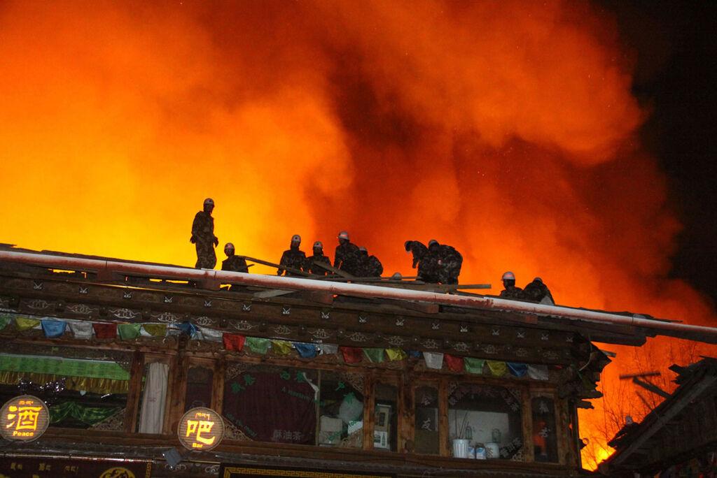 香格里拉獨克宗古城燒毀新聞畫面_2.jpg
