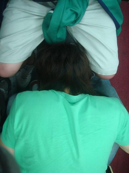 馬川的腳縫 剛好可以塞我的頭耶