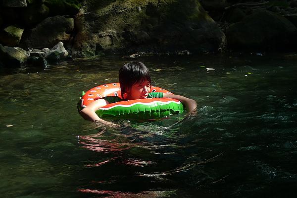 俞妃借到了游泳圈  超舒服的樣子