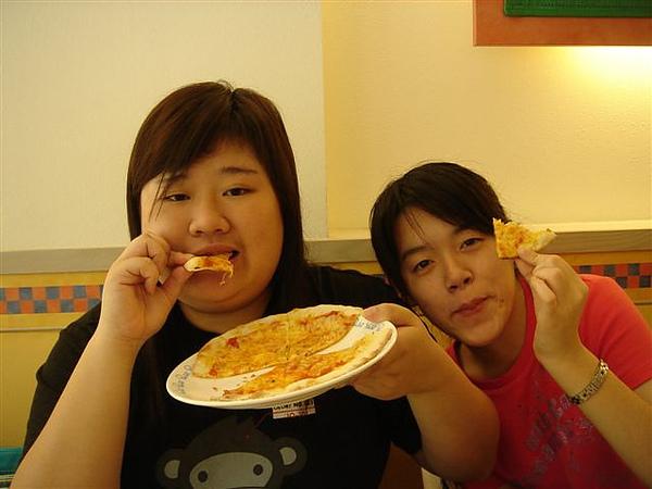 女人啃披薩
