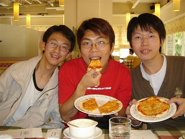 男人吃披薩