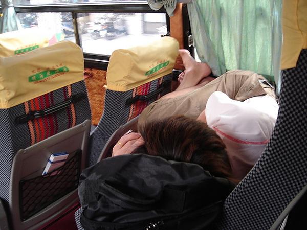 前座的乘客也太誇張了吧 整隻腳翹起來