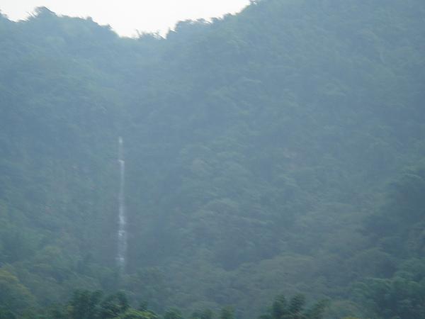 是一條很壯觀的3段瀑布
