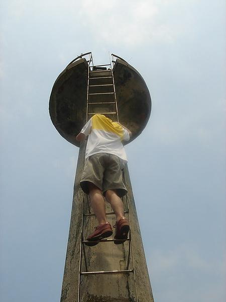 爬上海巡署的航標燈