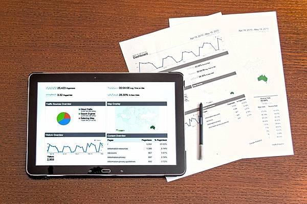 中小型企業的數位行銷策略 內容行銷涉及使用內容來製定營銷策略和計劃。有許多不同類型的內容,包括書面內容,例如步落格文章,白皮書,電子書和文章。內容還可以表示圖像和圖表,或者影像和音頻。如果您的企業向消費者(B2C)或其他企業(B2B)進行銷售,或者兩者都進行銷售,則可以應用某些技術。使用數位內容行銷統計數據資料和指標將幫助企業制定公司未來策略。