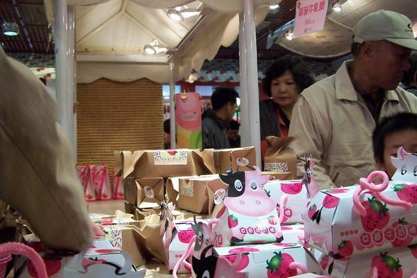 牛奶糖包裝好可愛 買了一合給老姊 這裡什麼怪東西都有 甚至有草莓米粉